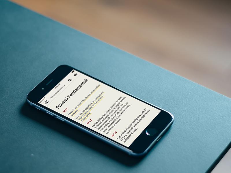 iPhone con una schermata della Costituzione Italiana